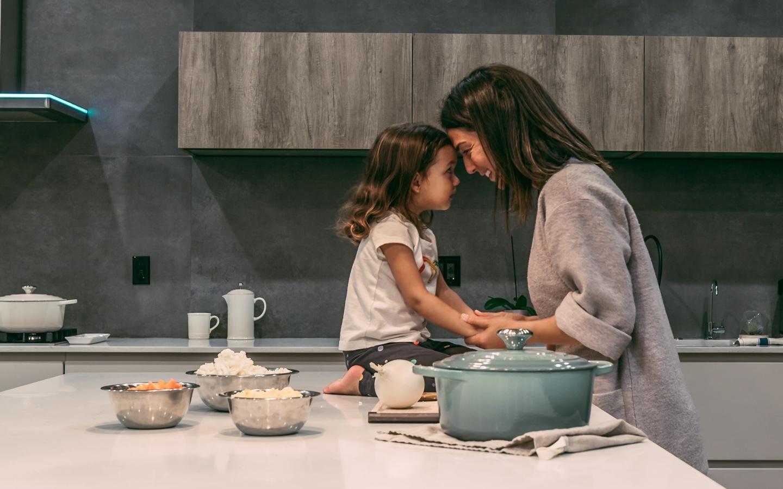 kobieta z dziewczynką w kuchni